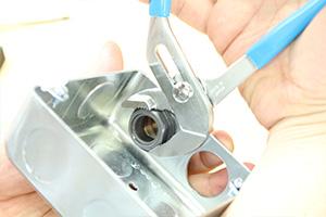 合成樹脂製可とう電線管とアウトレットボックスの取り付け
