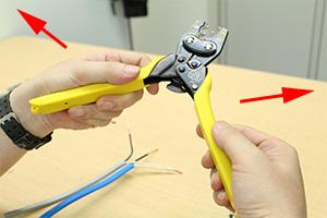差込コネクターとリングスリーブによる電線の結線