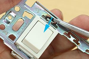 埋込連用スイッチと埋込連用枠の取付と取り外し