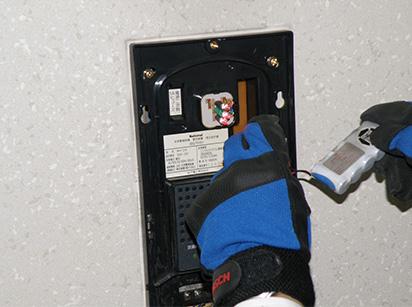 階段の非常灯バッテリー交換例2